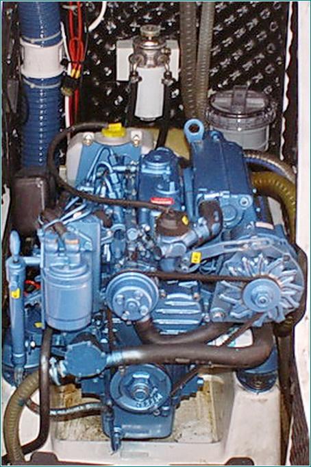 подвесной мотор на водоизмещающем